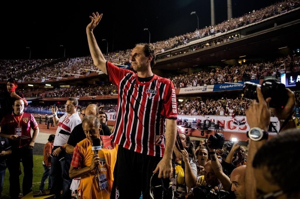 Rogério Ceni gesticula para os torcedores, ao fim da sua partida de despedida, no Morumbi