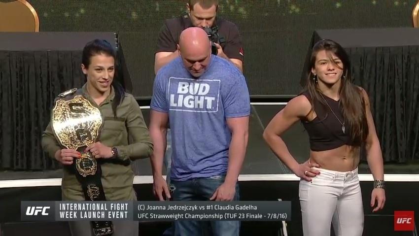Joanna Jedrzejczyk e Claudia Gadelha posam para foto após encarada tensa em coletiva do UFC 200