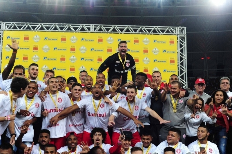 Jogadores do Internacional fazem festa para receber a taça do Campeonato Gaúcho de 2016