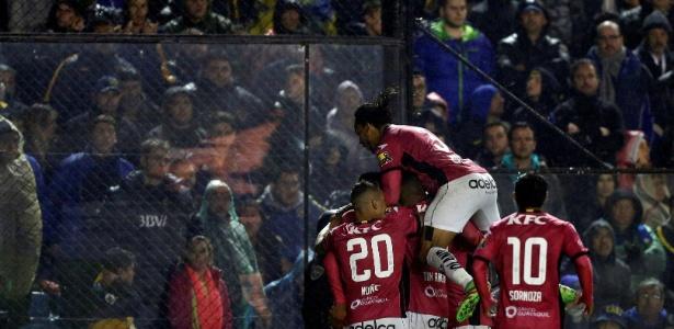Mina (camisa 3) comemora um dos gols do Independiente Del Valle diante do Boca