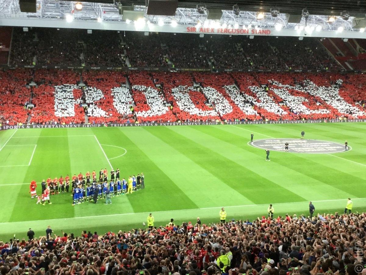 Torcida do Manchester United faz mosaico em homenagem a Wayne Rooney