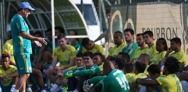 Cuca conversa com os jogadores durante treino em Atibaia