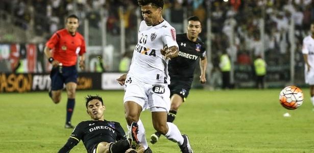 Claudio Baeza dá carrinho em Júnior Urso durante jogo entre Colo-Colo e Atlético-MG, pela Libertadores 2016