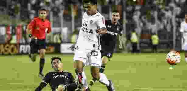 Claudio Baeza dá carrinho em Júnior Urso durante jogo entre Colo-Colo e Atlético-MG, pela Libertadores 2016 - Bruno Cantini/Clube Atlético Mineiro