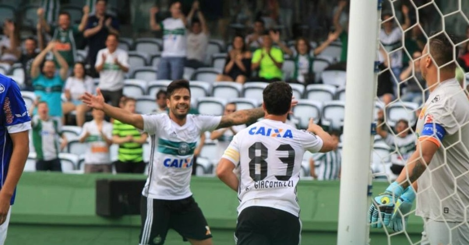 Kléber e Henrique comemoram gol do Coritiba contra Foz