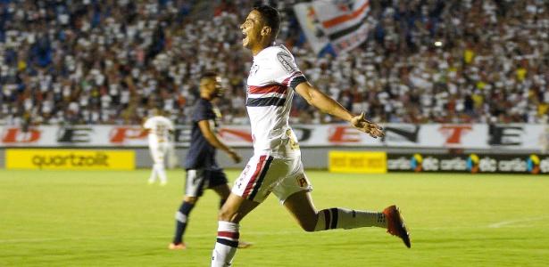 Cícero vibra com um dos gols marcados pelo São Paulo