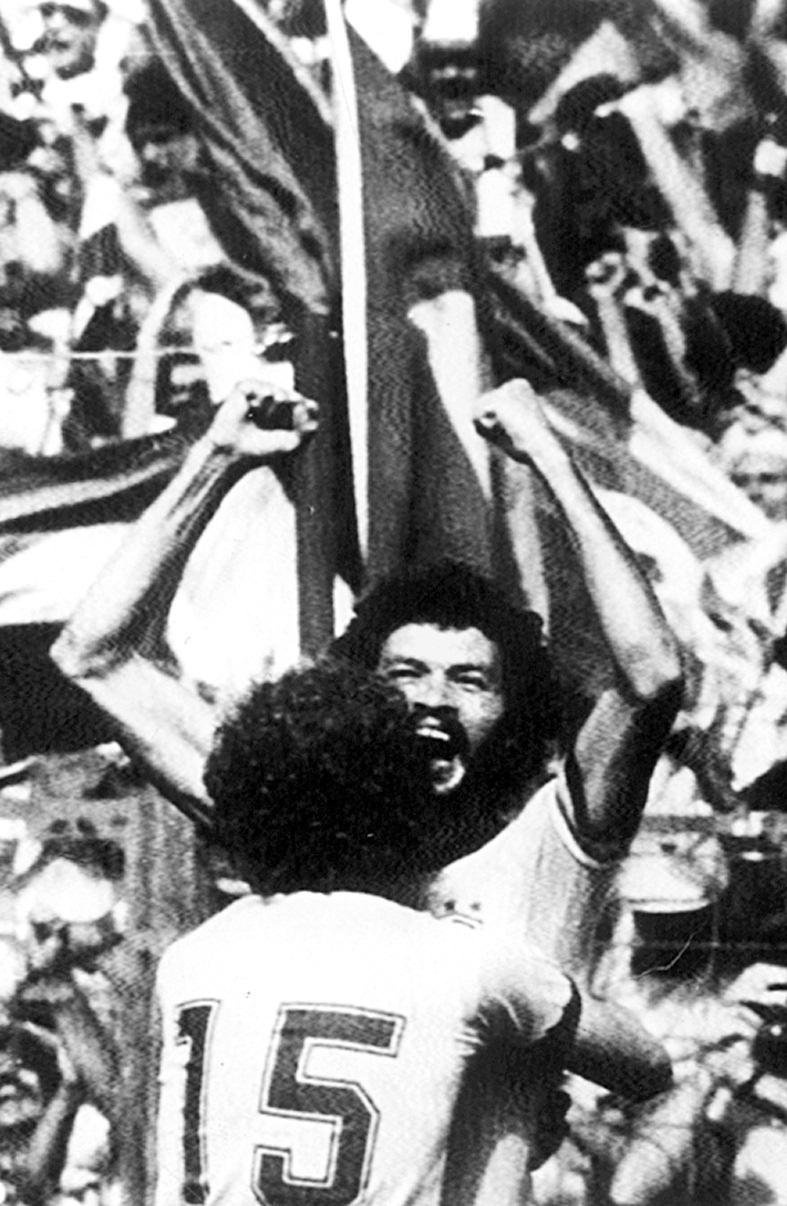 Sócrates é abraçado por Falcão (de costas) ao empatar a partida contra a Itália em 1 a 1, no estádio Sarriá, em Barcelona (Espanha). A seleção brasileira foi eliminada da Copa de 1982 na Espanha pela Itália, que ganhou por 3 a 2