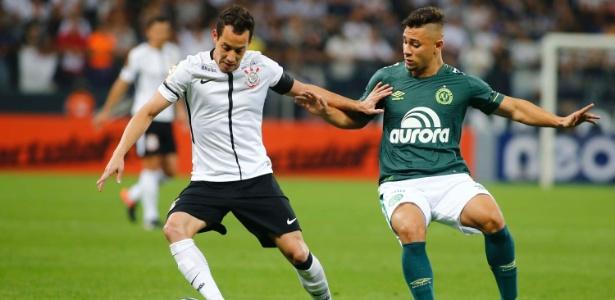 João Pedro (dir.) tenta desarmar Rodriguinho em jogo contra Corinthians