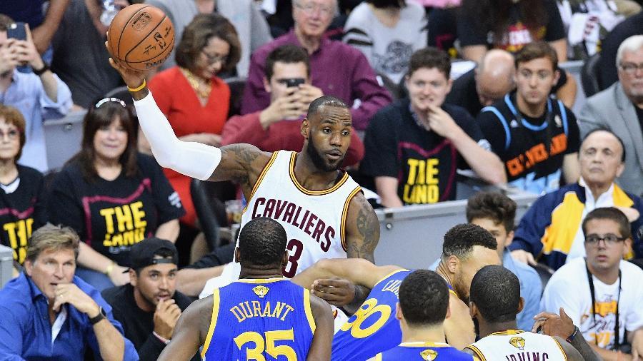 LeBron James, dos Cavaliers, é acompanhado de perto pelos marcadores dos Warriors - Jason Miller/Getty Images/AFP