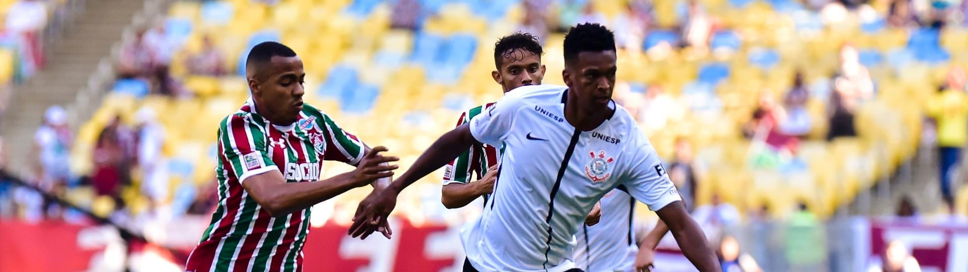 Marlon Freitas e Jô disputam bola em Fluminense x Corinthians pelo Campeonato Brasileiro