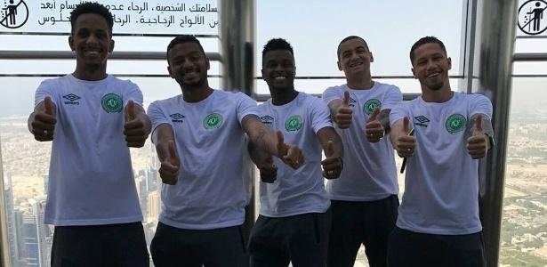 Elenco da Chapecoense faz escala em Dubai antes da Copa Suruga