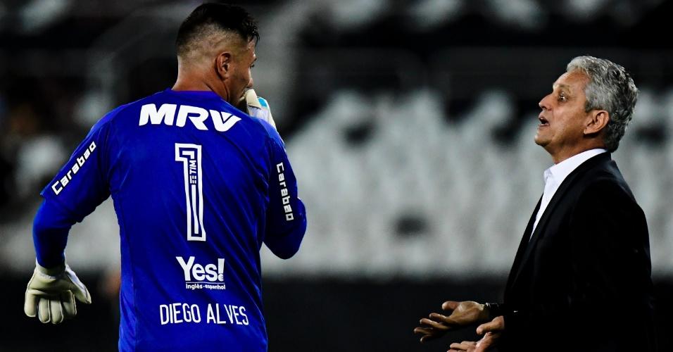 Técnico do Flamengo, Reinaldo Rueda orienta Diego Alves durante clássico contra o Botafogo