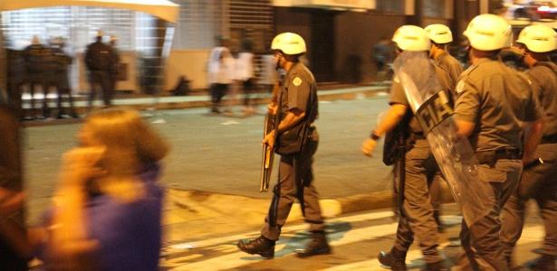 Policiais militares dispersaram torcedores na frente do Moisés Lucarelli