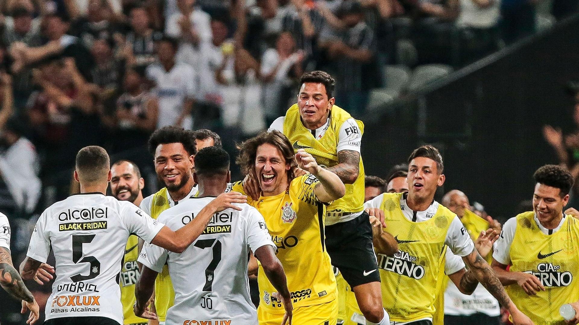 Jogadores do Corinthians comemoram o gol de Jô diante do Fluminense, em Itaquera