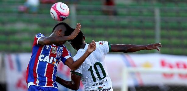 Everson e Dinda batem cabeça na partida pelo Campeonato Baiano