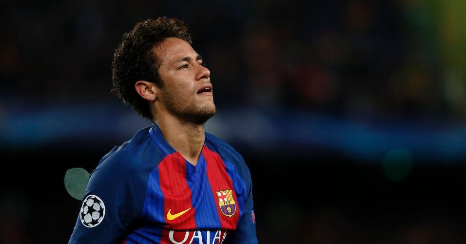 Neymar se lamenta e chora após a eliminação do Barcelona diante da Juventus, pela Liga dos Campeões, em abril de 2017