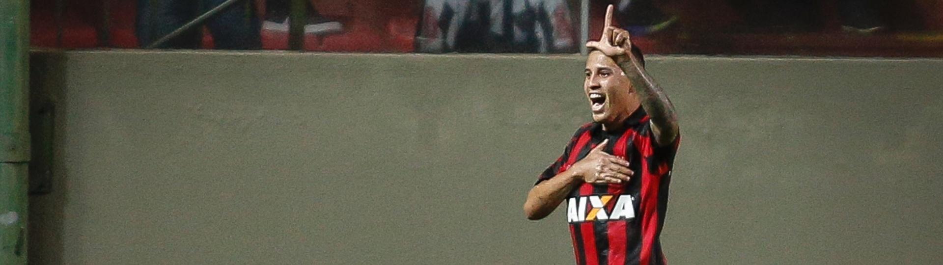 Sidcley comemora gol marcado para o Atlético-PR