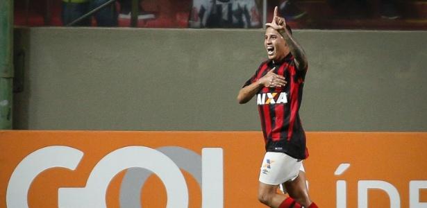 Sidcley festeja após marcar pelo Atlético-PR; lateral é do Corinthians - Thomás Santos/AGIF