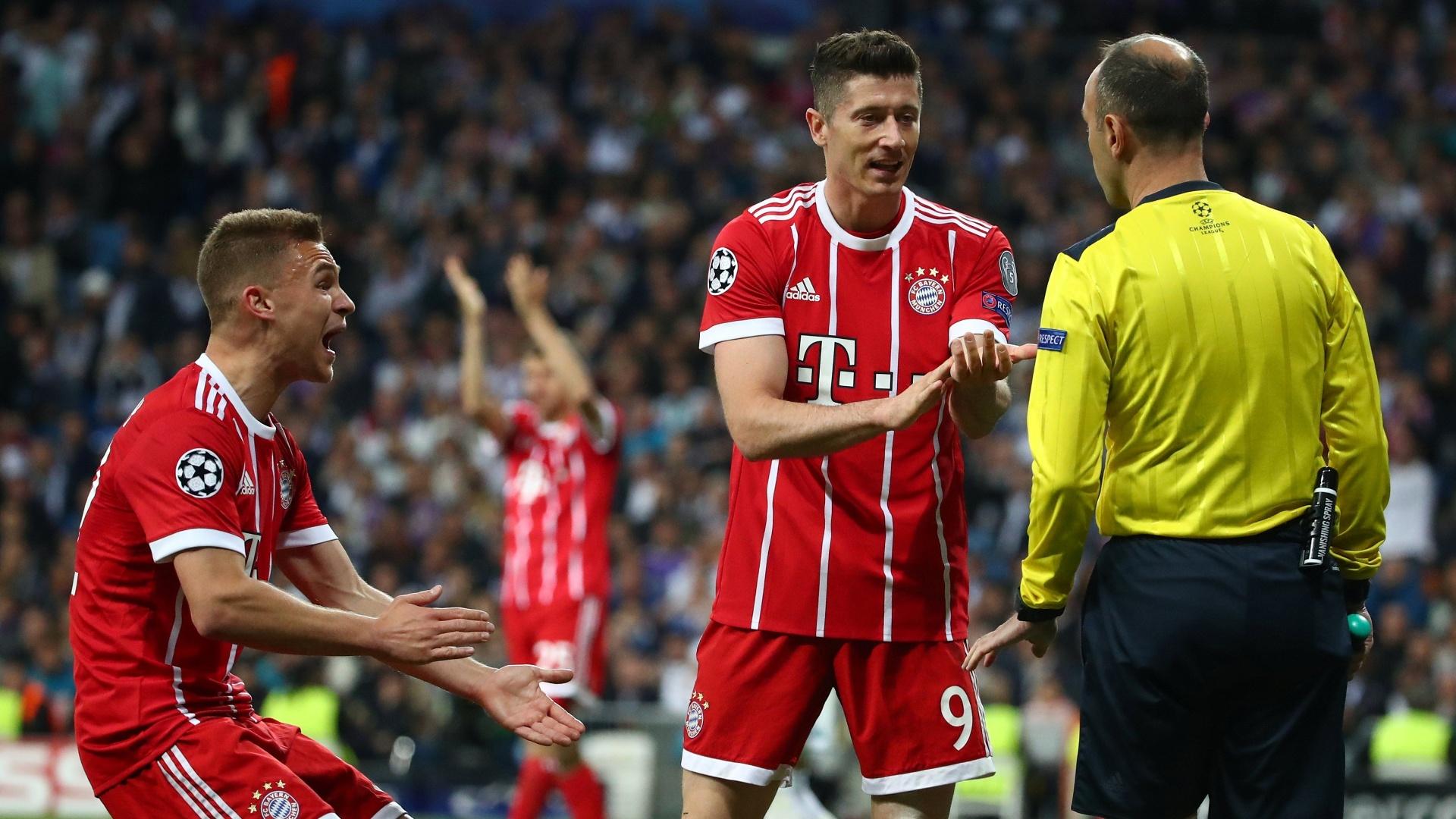 Jogadores do Bayern pedem pênalti após a bola tocar na mão de Marcelo dentro da área do Real Madrid