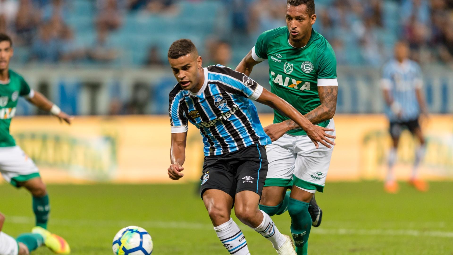 Alisson, do Grêmio, toma a frente da marcação de David Duarte durante jogo com Goiás