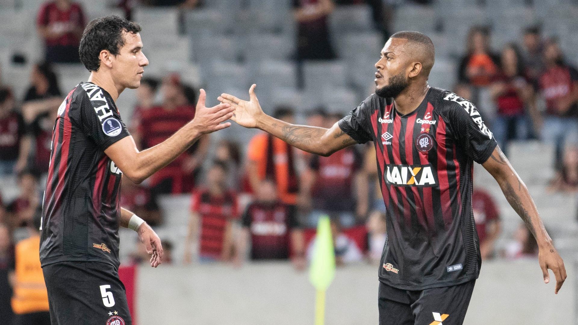 Pablo e Cirino comemoram gol do Atlético-PR contra o Caracas