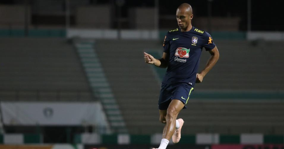Miranda participa de treino da seleção brasileira na Arábia Saudita