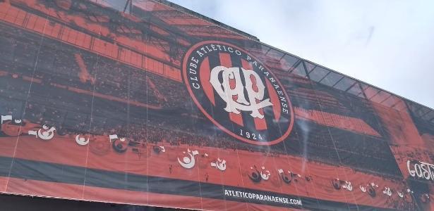 Fachada da Arena da Baixada ainda utiliza escudo antigo do Athlético-PR - José Edgar de Matos/UOL