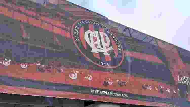 Fachada da Arena da Baixada com escudo antigo do Atletico - José Edgar de Matos/UOL - José Edgar de Matos/UOL
