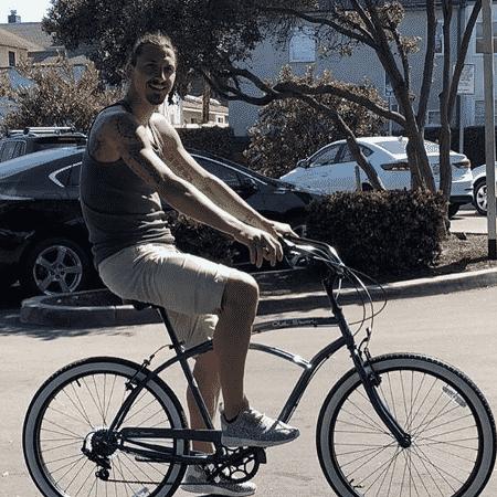 Ibrahimovic anda de bicicleta após marcar golaço na MLS  - Reprodução/Instagram