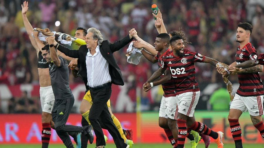 Jorge Jesus comemora com jogadores do Flamengo após para a final da Libertadores - Thiago Ribeiro/AGIF