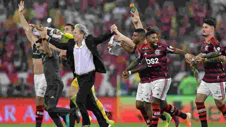 Jorge Jesus comemora com jogadores do Flamengo após goleada sobre o Grêmio pela Libertadores - Thiago Ribeiro/AGIF