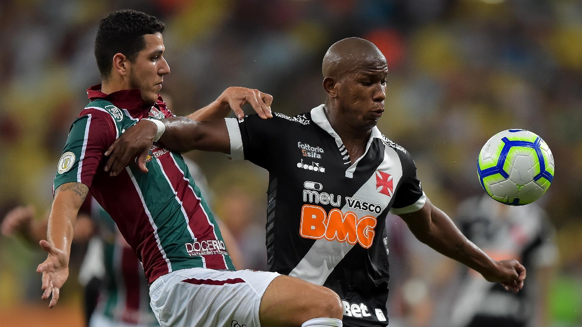 Jogadores de Fluminense e Vasco disputam a bola no Maracanã