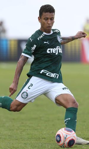 Marcos Rocha domina a bola no duelo contra o São Paulo