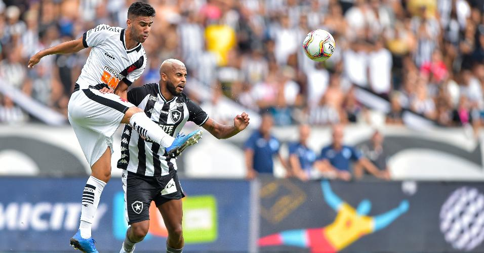 Alex Santana, do Botafogo, disputa lance com Tiago Reis durante o clássico carioca no Engenhão
