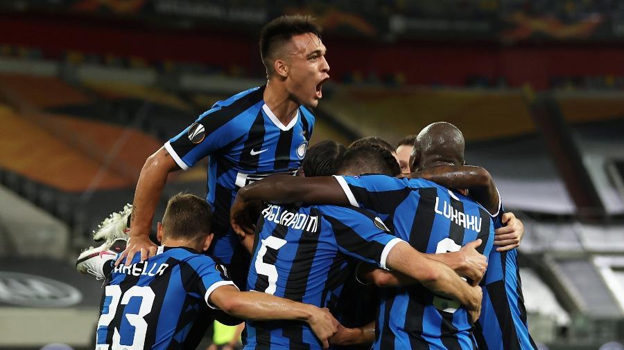 Lautaro Martínez e jogadores da Inter de Milão comemoram gol contra o Shakhtar Donetsk - Lars Baron/Pool via REUTERS