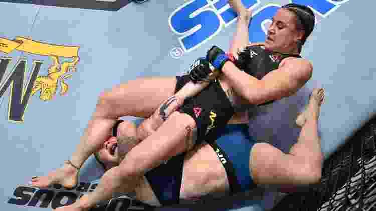 Jennifer Maia aplica chave de braço na escocesa Joanne Calderwood no UFC Fight Night, em agosto de 2020 - Chris Unger/Zuffa LLC via Getty Images - Chris Unger/Zuffa LLC via Getty Images