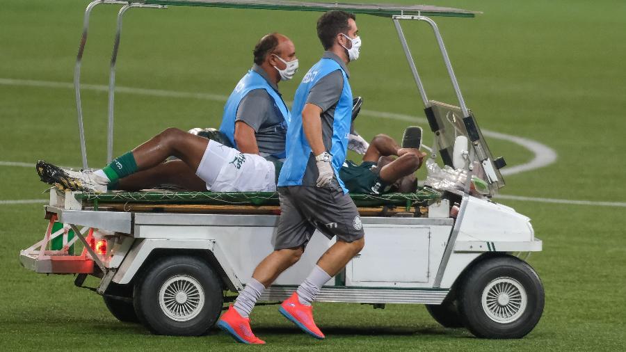 Patrick de Paula sai chorando na maca após lesão em Palmeiras x Delfín - Marcello Zambrana/AGIF