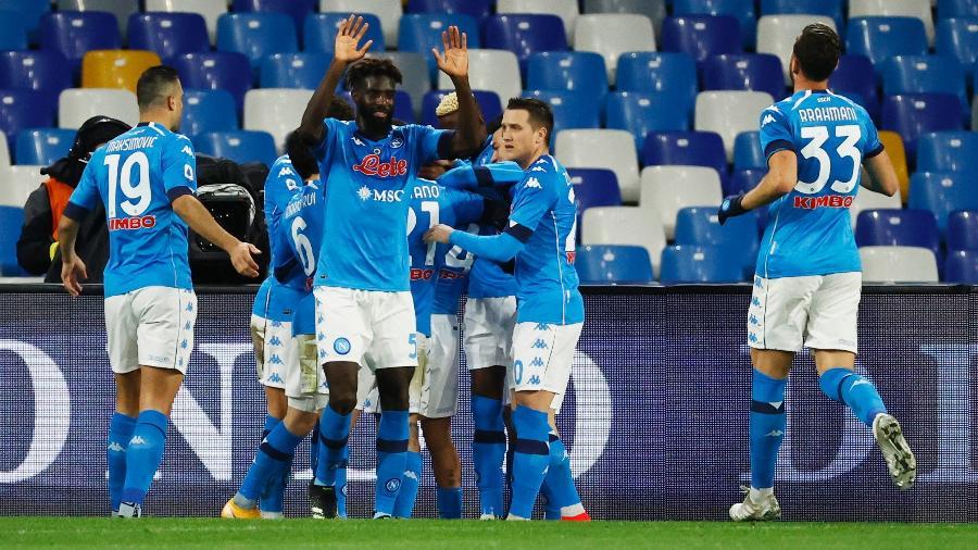 Atletas do Napoli celebram gol durante partida contra a Juventus - Ciro De Luca / Reuters