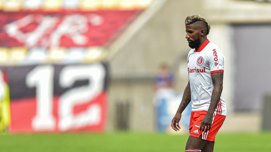 Rodinei deixa o campo após ser expulso em Flamengo x Inter - Thiago Ribeiro/AGIF