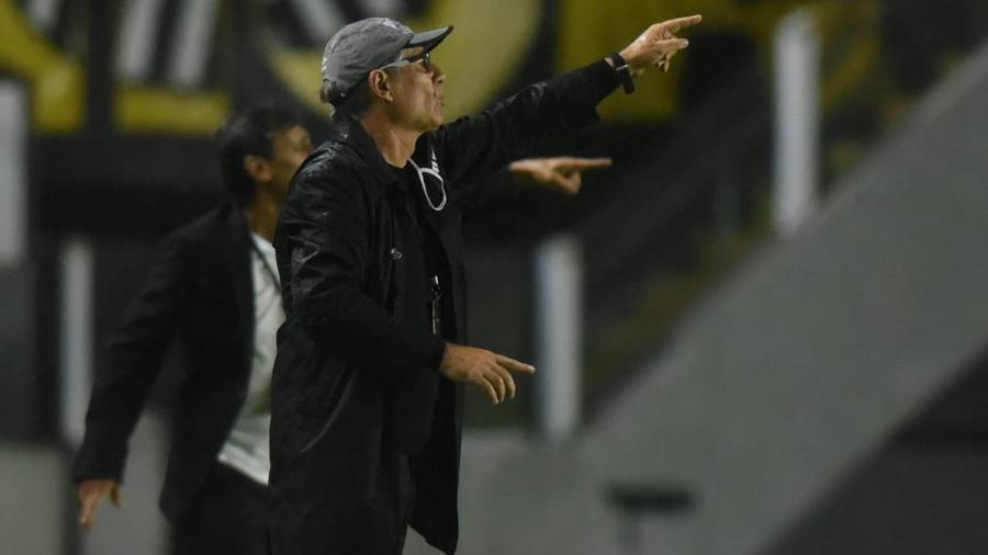 Holan dá instruções para jogadores do Santos - Ivan Storti