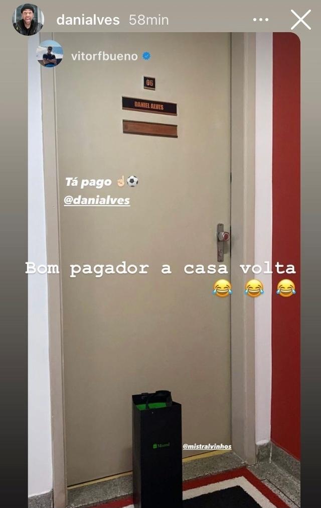 Vitor Bueno entrega vinho para Daniel Alves