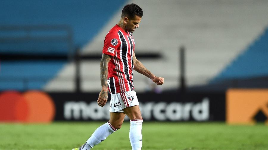 Daniel Alves deixa o campo sentindo dores em partida do São Paulo contra o Racing - Marcelo Endelli/Getty Images