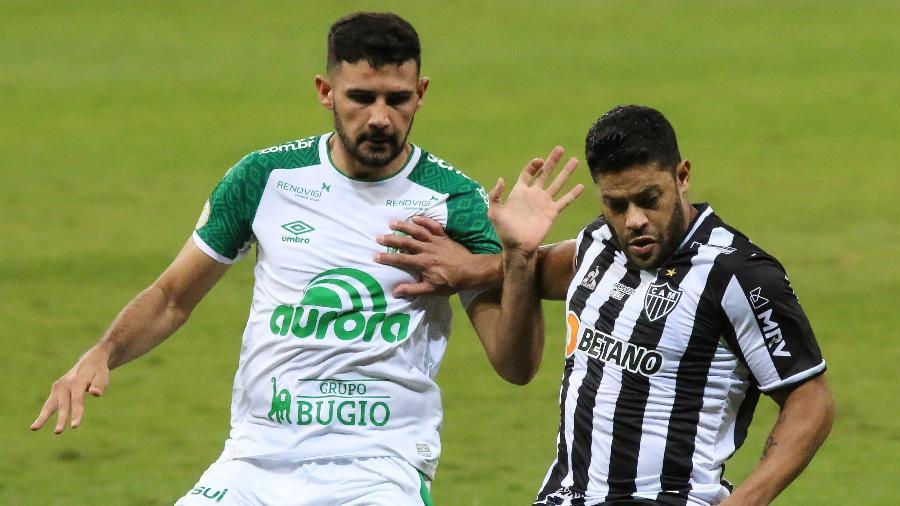 Hulk domina a bola diante da marcação de jogador da Chapecoense pelo Brasileiro - Fernando Moreno/AGIF