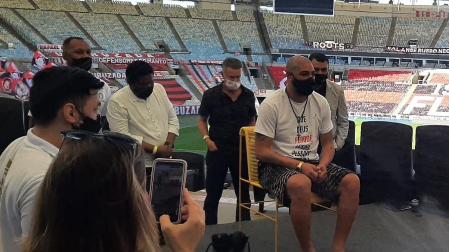 Adriano eternizou seus pés na Calçada da Fama do Maracanã - Divulgação/Maracanã