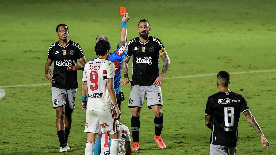 Leandro Castán recebe cartão vermelho na partida entre Vasco e São Paulo - Thiago Ribeiro/AGIF