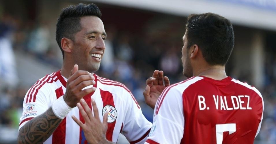 Lucas Barrios recebe cumprimento pelo seu segundo gol na Copa América