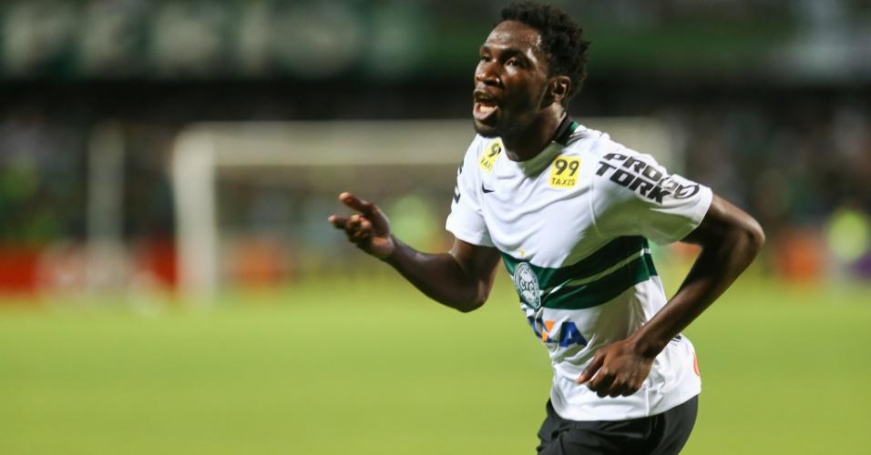 Negueba comemora após marcar para o Coritiba contra o Atlético-PR