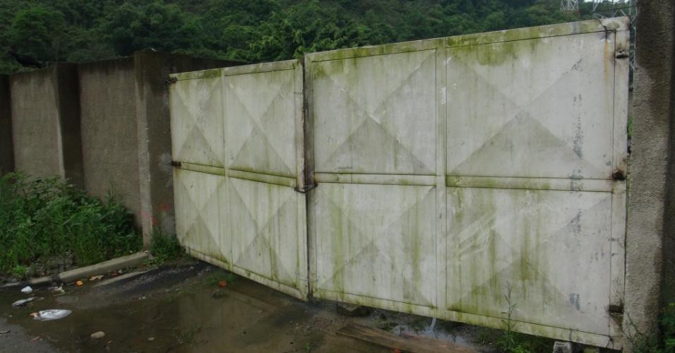 Foram compradas portas blindadas para o Estádio Municipal do Guarujá, mas elas ainda não foram instaladas