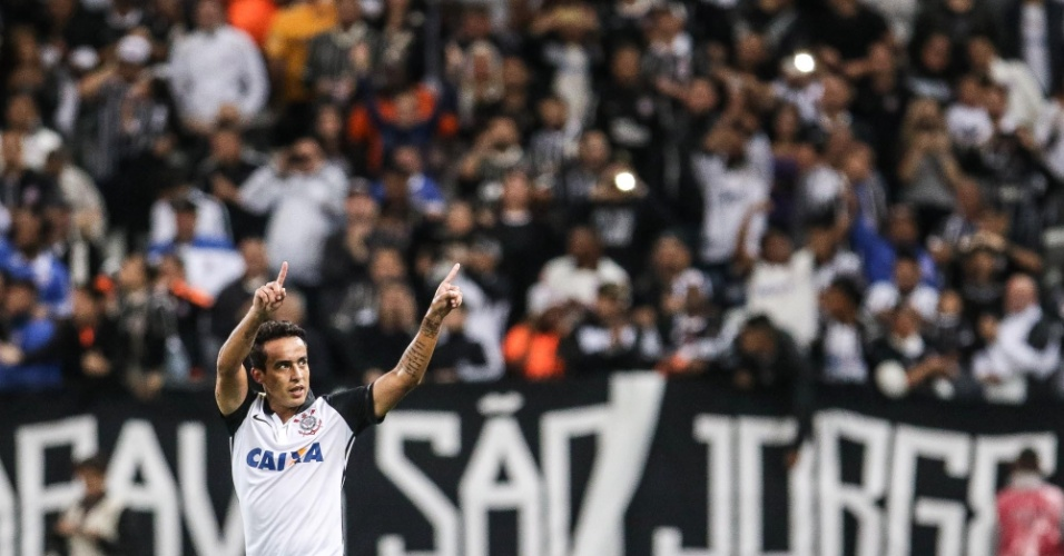 Jadson comemora gol que abriu o placar na partida, de pênalti