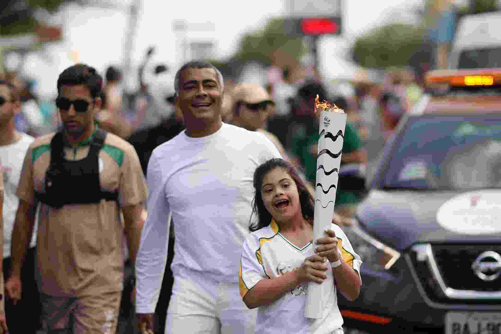 Rio de Janeiro - Romário e sua filha Ivy, que tem síndrome de Down, exibem a tocha olímpica no Rio de Janeiro - Rio 2016/André Luiz Mello